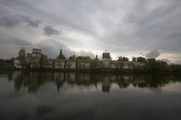 Foto van The Novodevichy Convent, towers and walls reflected in the pondNovodevichy Klooster en Begraafplaats - Rusland