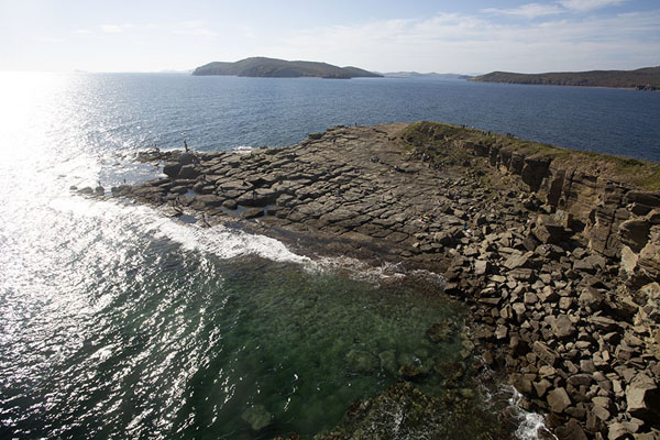 Foto de Cape Tobizina jutting out into the oceanVladivostok - Rusia