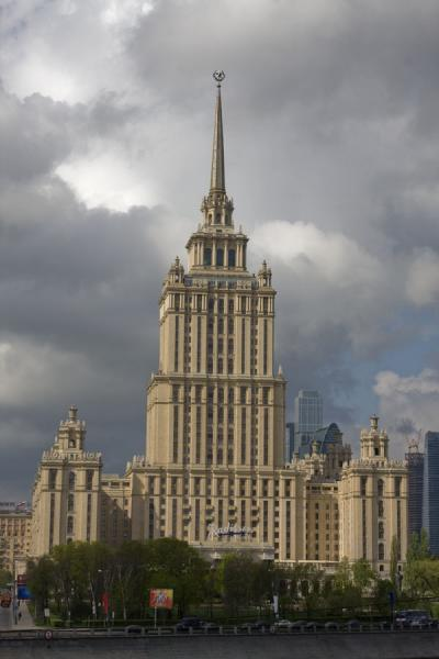 Hotel Ukraina seen from across the Moskva river | Stalins Zeven Zusters | Rusland