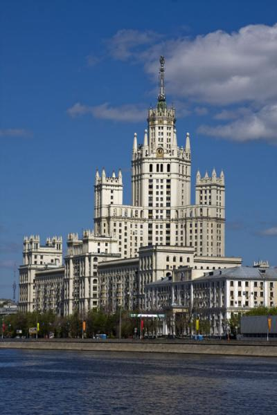 Kotelnicheskaya Embankment building towering above Moskva river - 俄罗斯