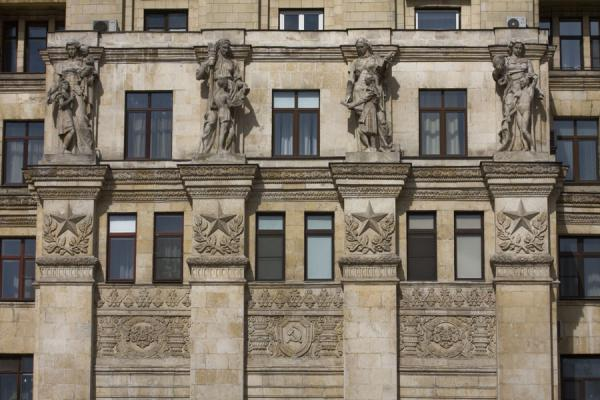 Foto van Sculptures and stars decorating the main facade of the Kudrinskaya apartment block - Rusland - Europa