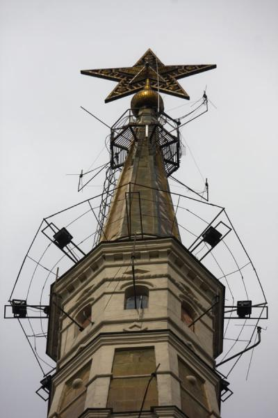 Foto van Spire with star topping the Kudrinskaya apartment block buildingStalins Zeven Zusters - Rusland