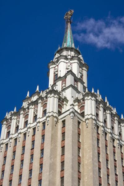 Photo de Spire with star on top of the Leningradskaya HotelSept Soeurs de Staline - Russie