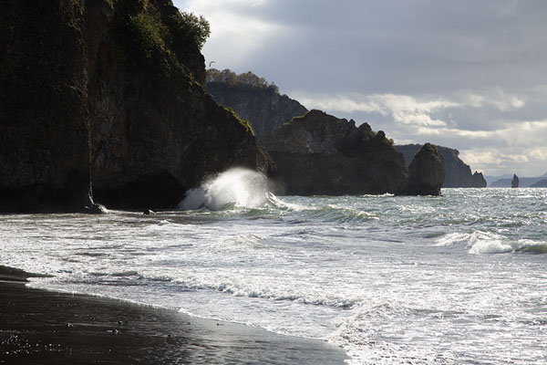 Waves crashing on the rocky shore of Avachinsky Bay | Three Brothers Peninsula | Russie