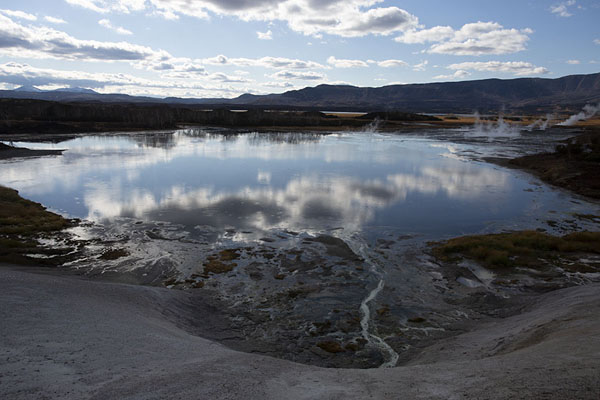 Foto de Lake in Uzon Caldera with reflection of the skyUzon Caldera - Rusia