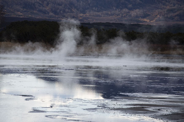 Foto van Thermal lake with steam coming off its surfaceUzon Caldera - Rusland