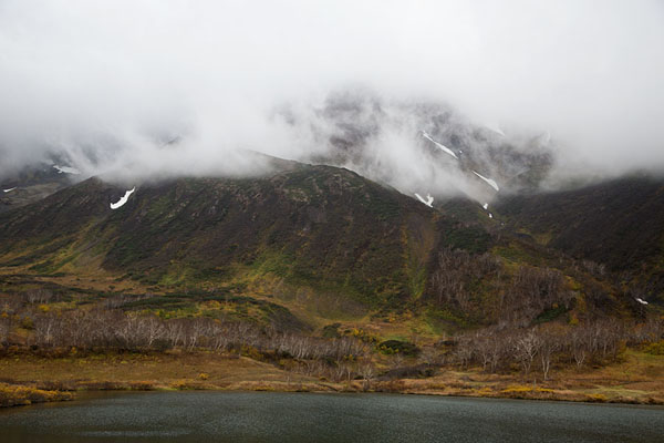 View of Tochkolotsch lake with cloud-covered mountain slopes | Vachkazhets | Russia