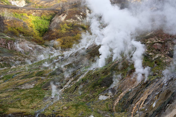 Steam coming out of the earth at the Valley of Geysers | Vallei van de Geisers | Rusland