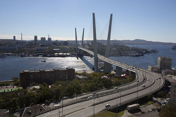 Foto van View of Zolotoy bridge with the Golden HornVladivostok - Rusland
