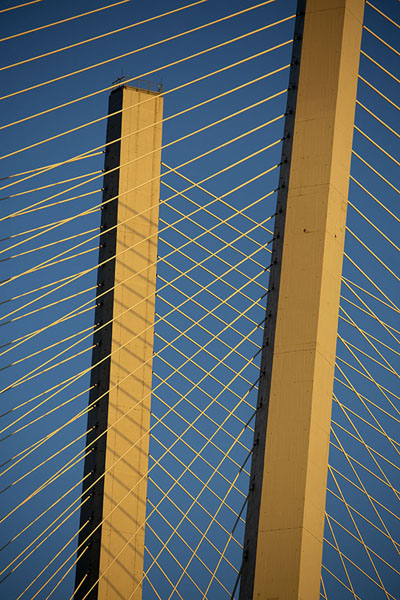 Close-up of two pylons of Zolotoy bridge at the end of the day | Puentes de Vladivostok | Rusia