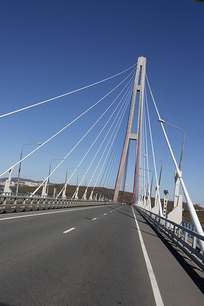 Russky bridge seen from a bus | Vladivostok bruggen | Rusland