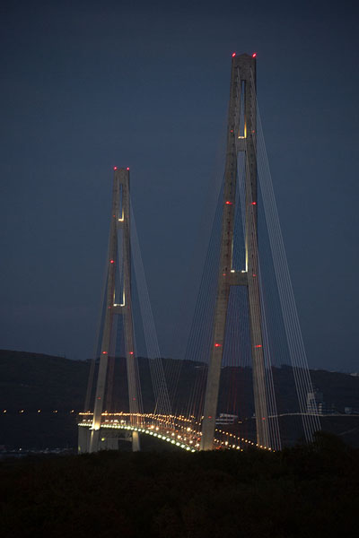 Russky bridge in the evening | Vladivostok bruggen | Rusland
