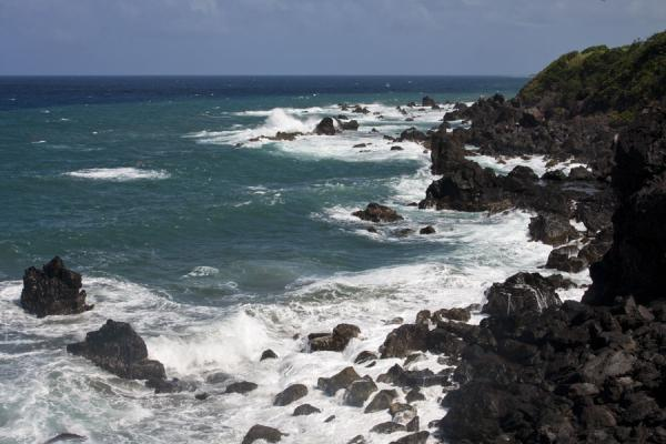 Foto van Waves on the black lava rocks in northern St KittsBlack Rocks - St Kitts en Nevis