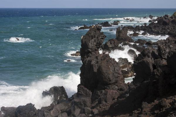 Foto van The shoreline of northern St Kitts near Saddlers is a wide area with lava rocksBlack Rocks - St Kitts en Nevis