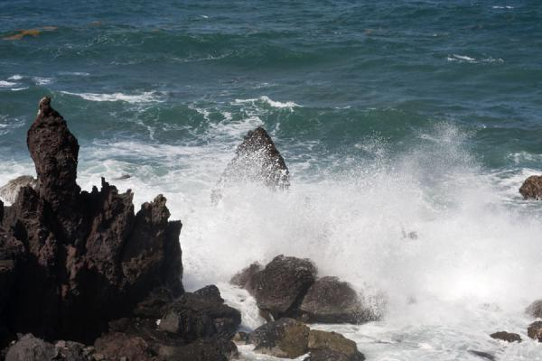 Foto van Wave crushing on the black rocks on the north shore of St KittsBlack Rocks - St Kitts en Nevis