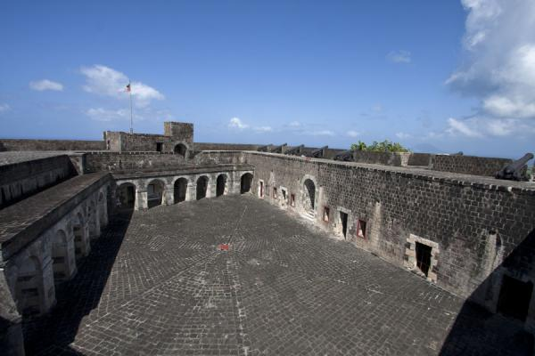 Foto van The courtyard of Fort George citadel seen from aboveBrimstone Hill Fortress - St Kitts en Nevis