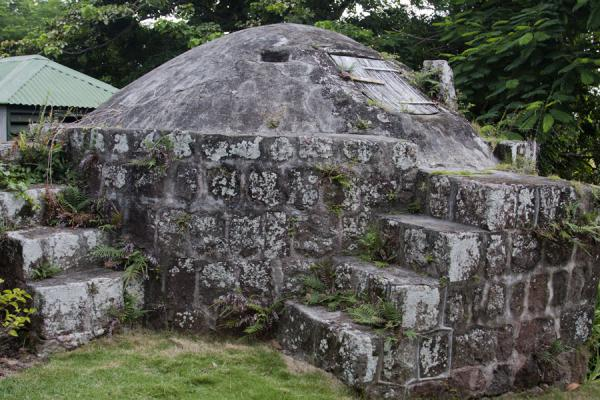 Foto van Old stone oven on the Hermitage estateNevis plantages - St Kitts en Nevis