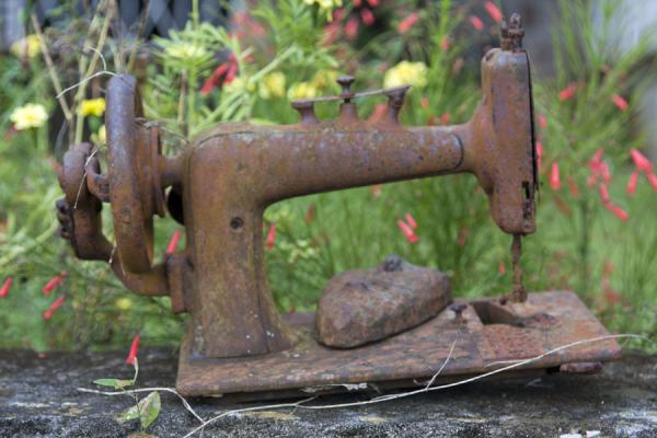 Foto van Rusty sewing machine on the Hermitage estateNevis plantages - St Kitts en Nevis