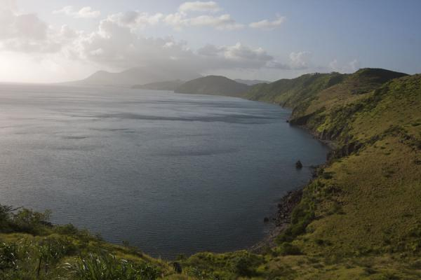 Looking north along the western side of the southeast peninsula of St Kitts | Peninsula sureste de St Kitts | San Cristóbal y Nieves