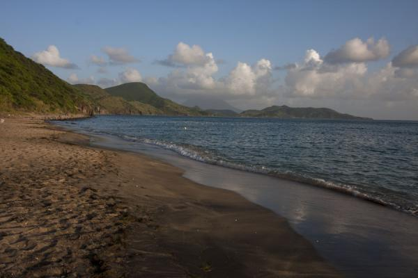 Foto van Beach at South Friars Bay with western coastline in the late afternoonSt Kitts Southeast Peninsula - St Kitts en Nevis