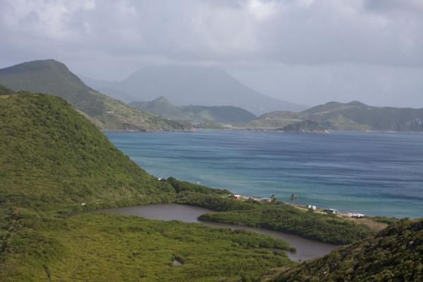 Photo de Salt ponds at the beginning of the southeast peninsula of St KittsPéninsule surest de St Kitts - St Christoph et Niévès