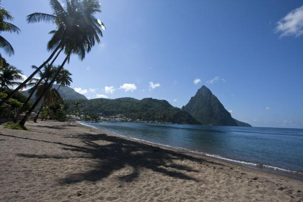 Photo de Sainte Lucie (Petit Piton defines the end of Soufrière Bay)