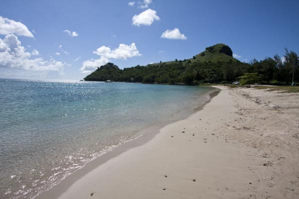 Beach along the causeway leading to Pigeon Island with Fort Rodney and Signal Hill | Pigeon Island | 圣卢西亚