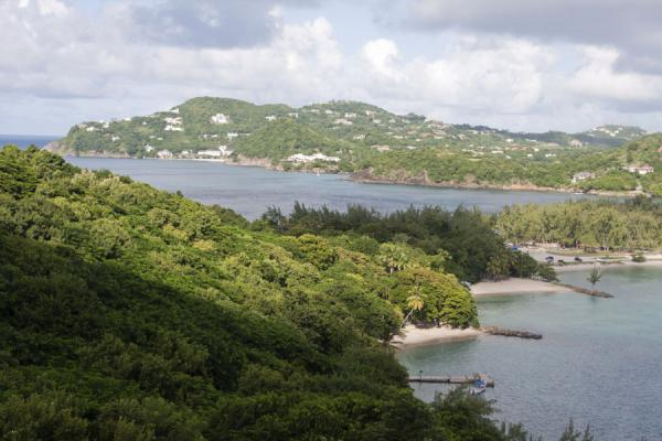 Foto de Beaches ad forest on Pigeon Island with causeway linking the island to Saint Lucia - Santa Lucia - América