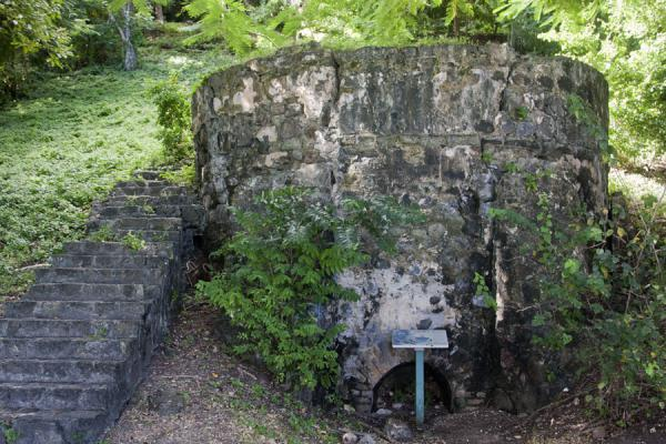 Photo de Old lime kiln constructed by the EnglishPigeon Island - Sainte Lucie