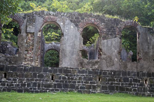 Photo de Arched ruins of barracks on Pigeon IslandPigeon Island - Sainte Lucie