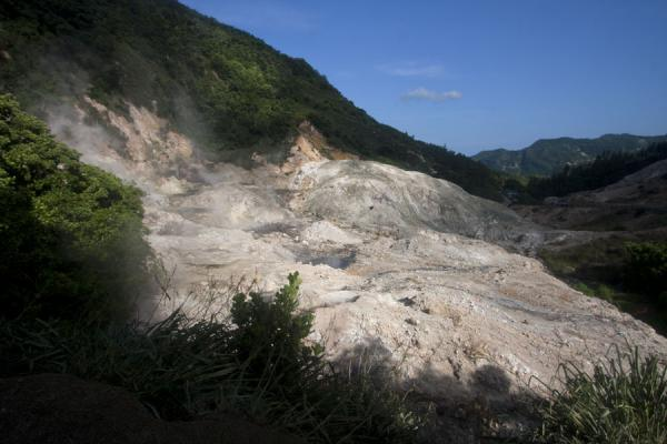 Photo de Looking into the valley with the sulphur springs, a large gaping wound in the forestSources de soufre de Soufrière - Sainte Lucie