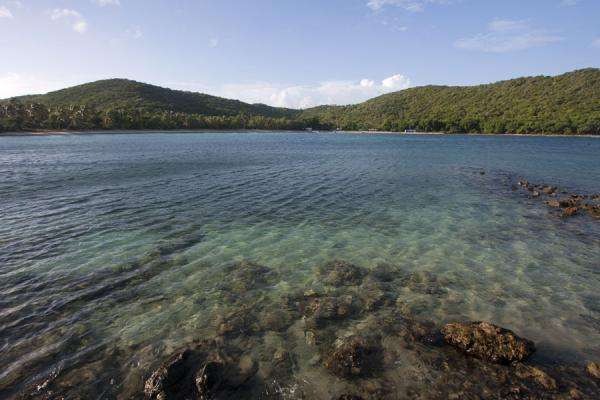 Sandwhistle Bay seen from the north with corals and shallow sea | Mayreau | San Vicente y las Granadinas