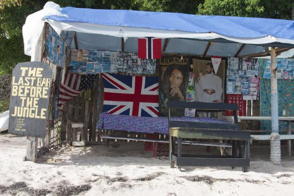 Foto van The Last Bar before the Jungle: no customers in the early morning in Sandwhistle bayMayreau - Saint Vincent en de Grenadines