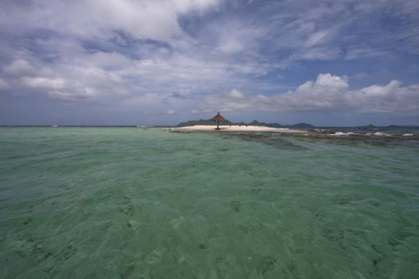 Foto van Transparent waters surround Morpion isletMorpion Islet - Saint Vincent en de Grenadines