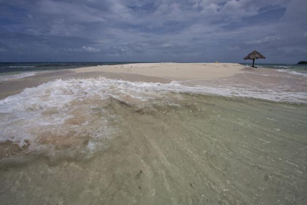 Photo de Saint Vincent et les Grenadines (Wave sweeping across one side of the small sand bank-islet Morpion)