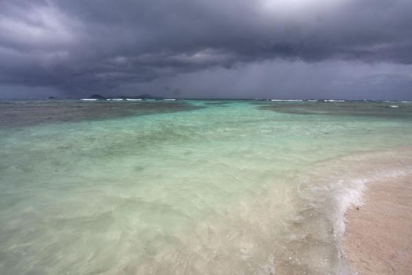 Foto van Incredible colours of the sea under a dark grey skyTobago Cays - Saint Vincent en de Grenadines