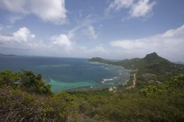Foto van Looking east along the north coast of Union Island - Saint Vincent en de Grenadines - Amerika
