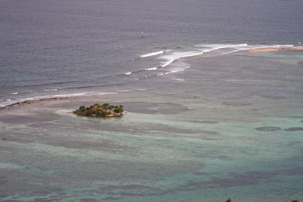 Happy Island seen from the old fort above Clifton | Union  Island | 生猛升和科拉那低呢四