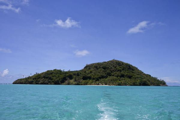的照片 萨摩亚群岛 (Namua island emerging from the turquoise waters)
