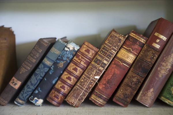 Foto de Some of the old books on display in the library of Robert Louis StevensonApia - Samoa