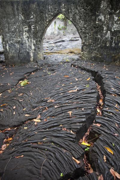 Photo de Crack in the thick layer of lava flowing through the LMS churchSavai'i - Samoa