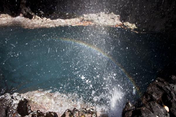 Foto van Rainbow in the water spouting through a blowhole at To SuaTo Sua - Samoa