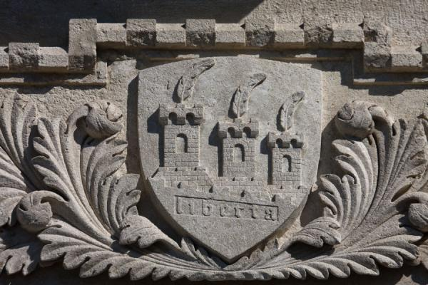 Foto van Close-up of the coat of arms found on the facade of the Palazzo PubblicoHistorische stad van San Marino - San Marino