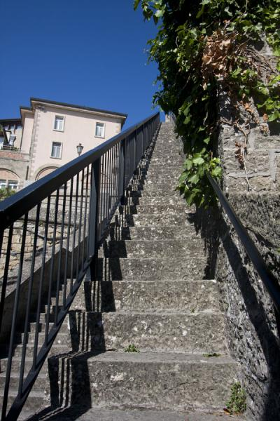 Photo de Stairs at the city wall around the historic city of San Marino - San Marino - Europe