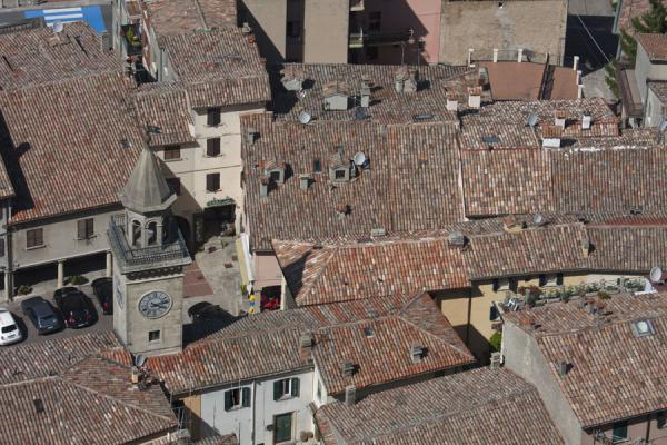 Foto van Looking down on Borgo Maggiore from the historic city of San MarinoHistorische stad van San Marino - San Marino