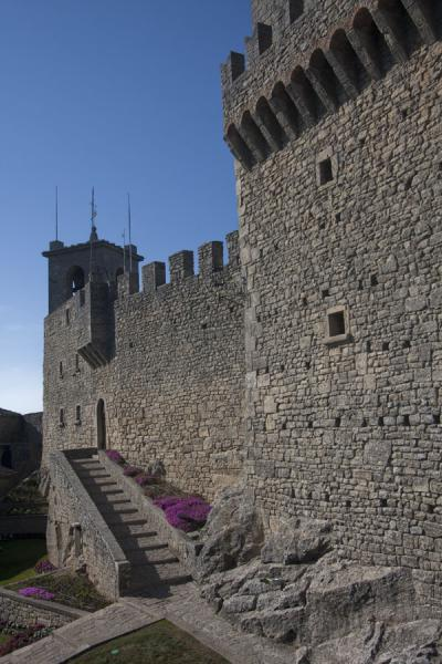 Foto van View inside the courtyard of the First Tower or GuaitaDrie Torens van San Marino - San Marino