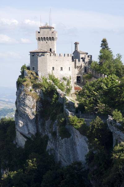 Foto van Looking at the Second Tower, or Cesta, from the FirstDrie Torens van San Marino - San Marino