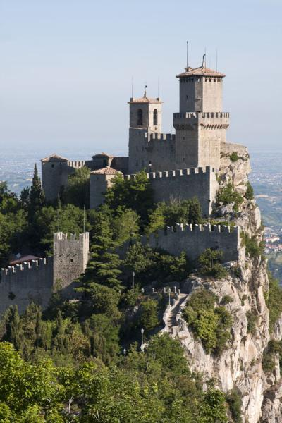 Foto van Crenellated walls and towers right on top of vertical cliffs: the GuaitaDrie Torens van San Marino - San Marino