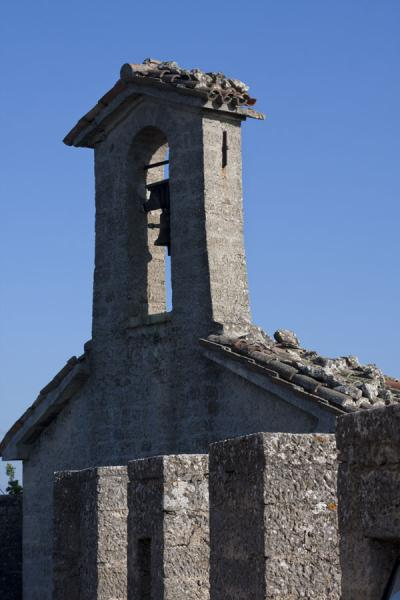 Foto di The bell-fry of the Cesta, or Second Tower, with crenellated wall in the foregroundTre Torri di San Marino - San Marino