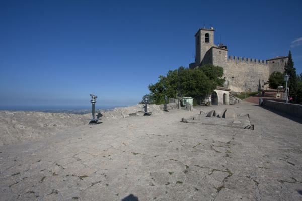 Foto van The Guaita, or First Tower, with the Mediterranean in the backgroundDrie Torens van San Marino - San Marino